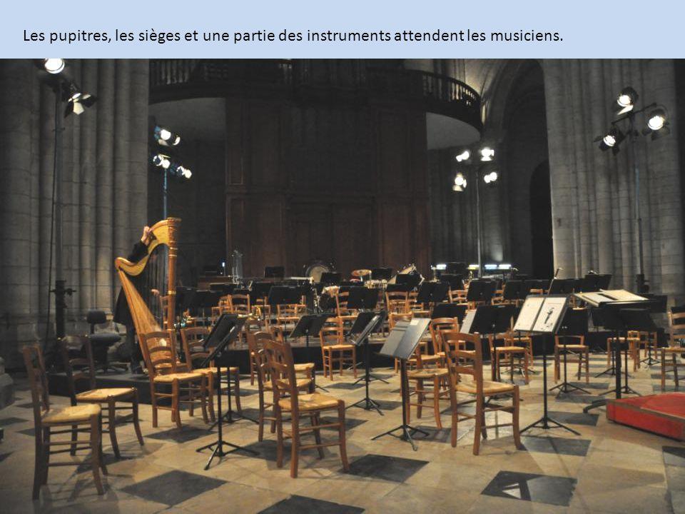 Le Choral emplit, inonde tout l'espace intérieur et les pavillons des auditeurs.