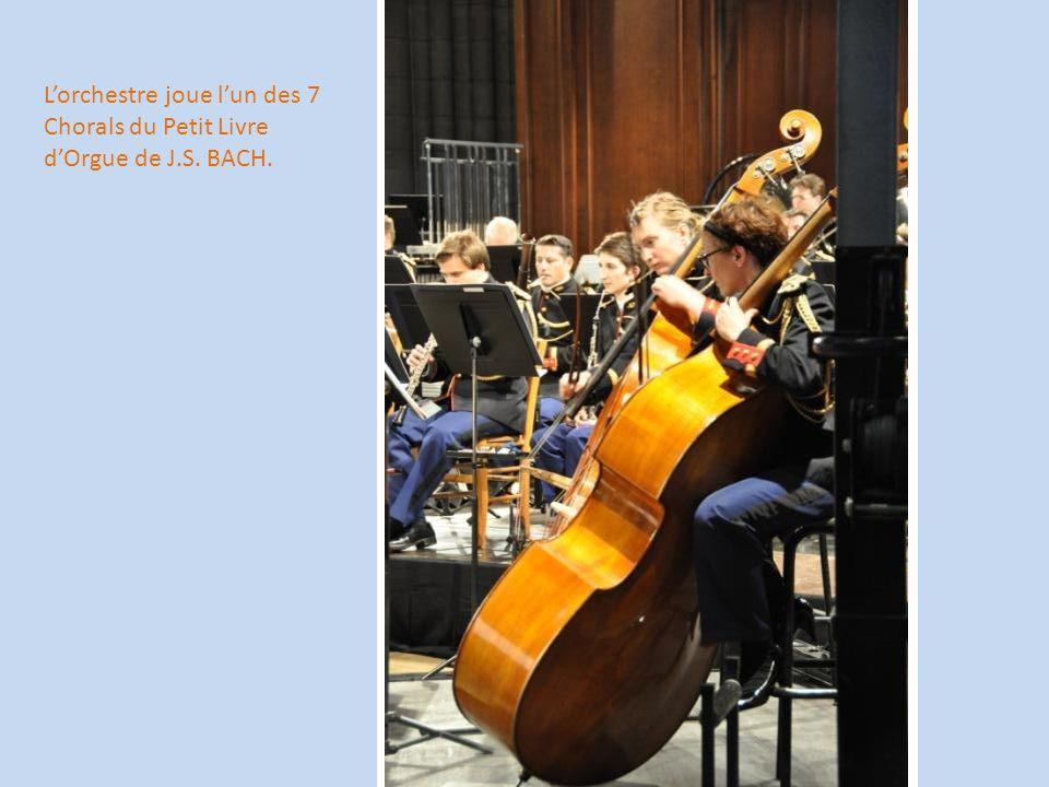 L'orchestre joue l'un des 7 Chorals du Petit Livre d'Orgue de J.S. BACH.