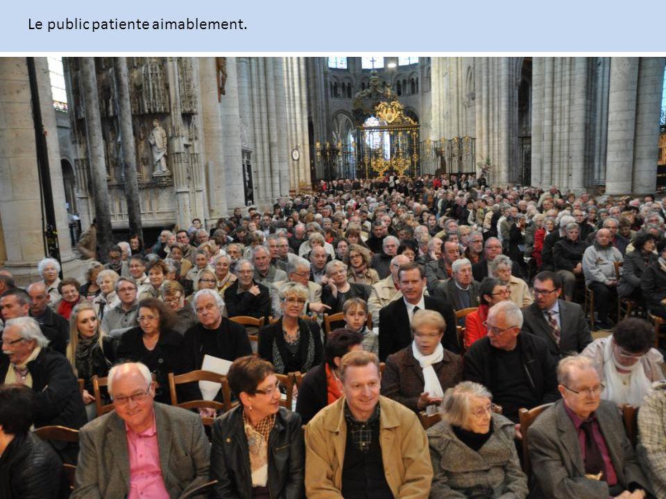 Le public patiente aimablement.