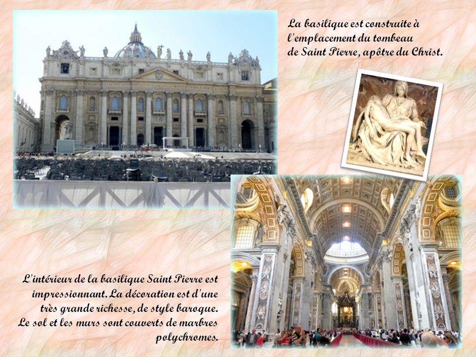 La place Saint Pierre La place Saint-Pierre constitue en quelque sorte le parvis de la basilique.