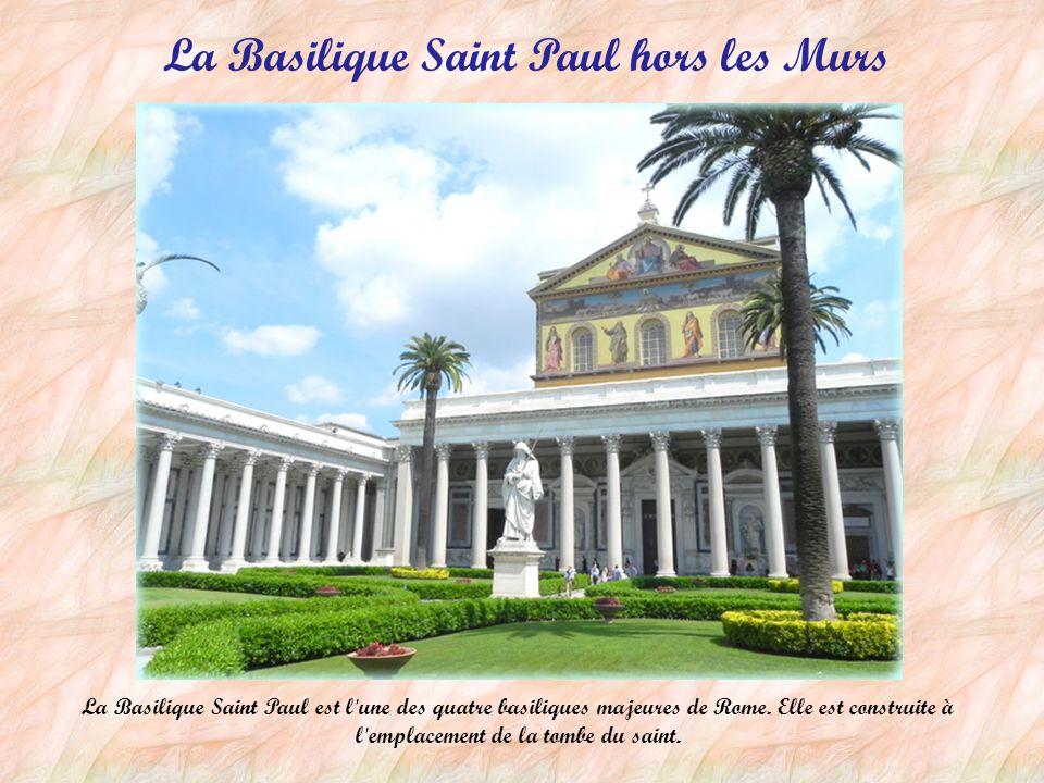 Des œuvres d'art en bronze La Louve du Capitole, est un symbole associé à la légende de Romulus et Rémus et à la fondation de Rome. La statue équestre