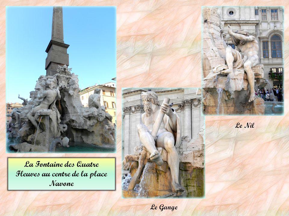 La Fontaine Pauline (Fontana Paola ) Un attique avec les armes de Paul V, qui fit ériger cette fontaine. Elle est située au sommet du mont Janicule.