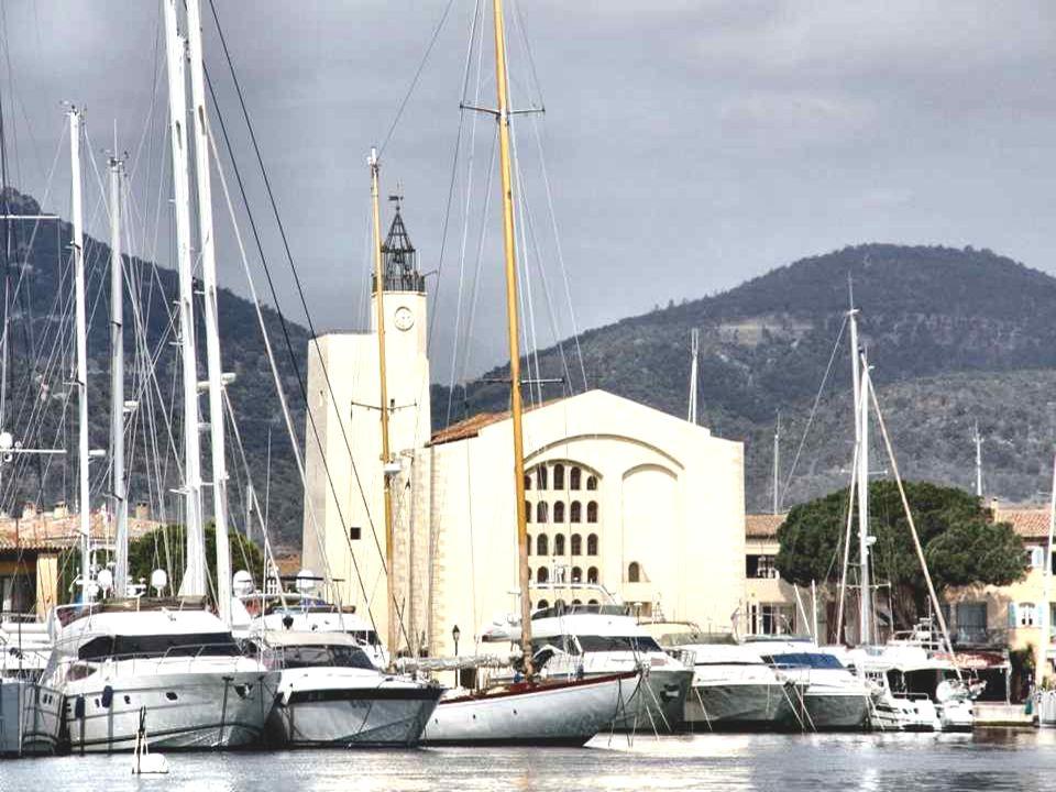 L'église de Port-Grimaud a été inaugurée en Juillet 1973. Sa particularité est d'être œcuménique. L'architecture d'ensemble de l'édifice s'inspire des