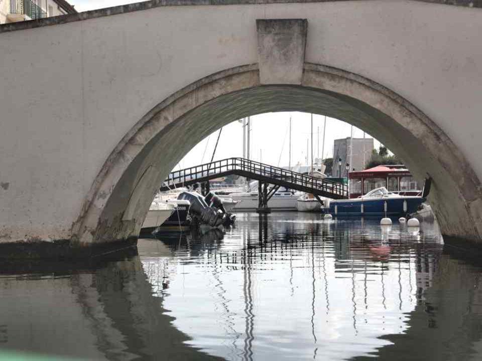 La meilleure façon de visiter Port-Grimaud est, sans nul doute de prendre un bateau de groupe ou un coche d'eau électrique et de flâner au fil de l'ea
