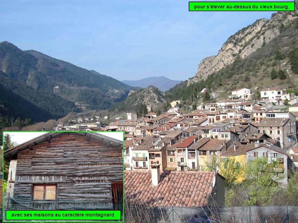 pour s'élever au-dessus du vieux bourg, avec ses maisons au caractère montagnard.