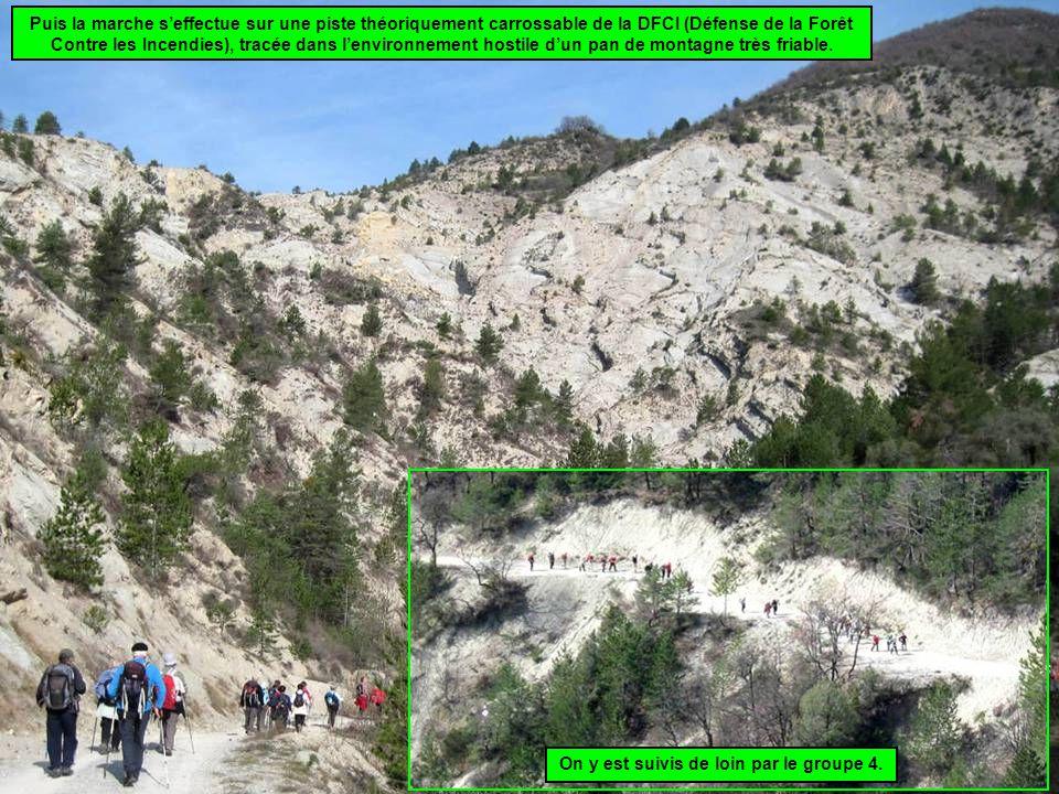 Puis la marche s'effectue sur une piste théoriquement carrossable de la DFCI (Défense de la Forêt Contre les Incendies), tracée dans l'environnement hostile d'un pan de montagne très friable.