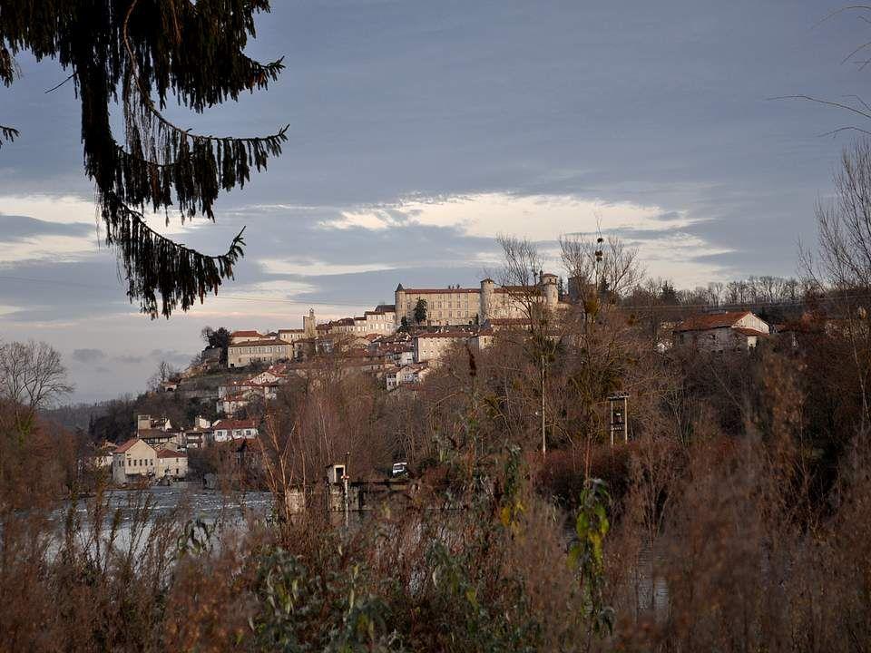 Saint-Lizier semble dégringoler sur le flanc de la colline depuis le château jusqu'au pied de celle-ci.