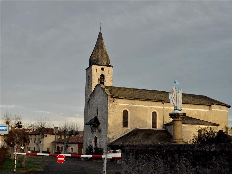 Nous arrivons à Caumont, dont le curieux clocher-bulbe nous in- terpelle.