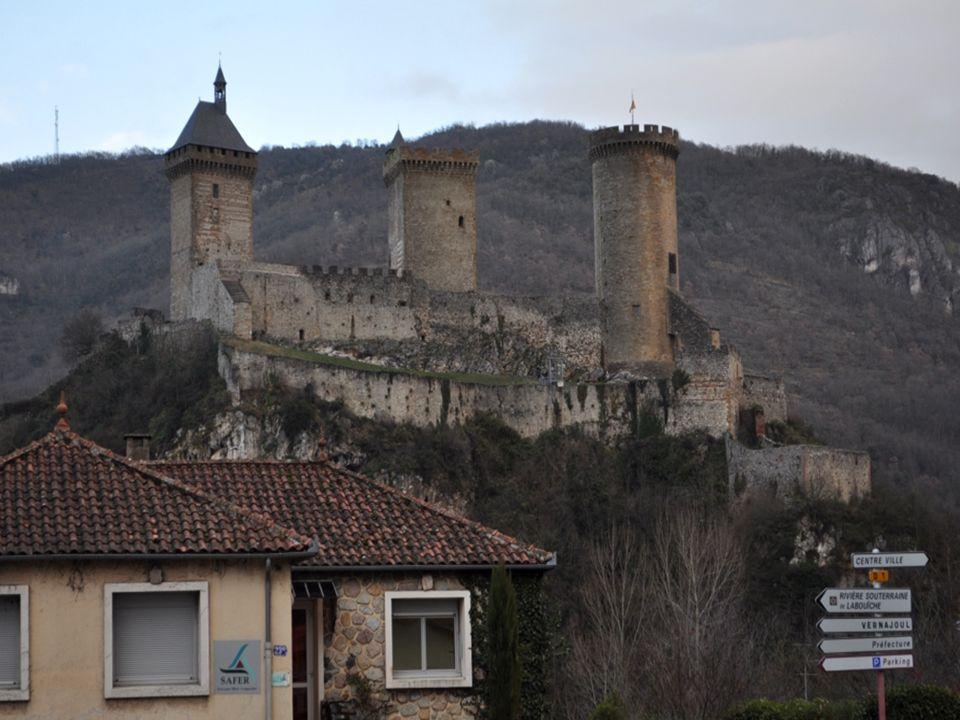 On ne le voit pas nettement sur ces photos, mais l'église de Mont- saunès, est entièrement bâtie en briques.