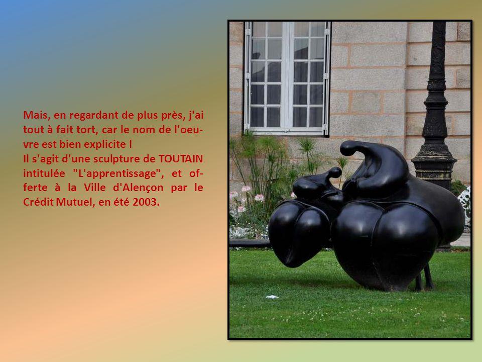 Devant le Palais de Justice, cette sculpture moderne que mon absence de connaissances de l'art moderne me ferait volontiers qualifier de