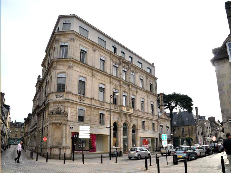 L'Hôtel de Ville (1783). Une construction en pur style Louis XVI, dont la façade en arc de cercle fait honneur à son concep- teur, l'architecte Jean D