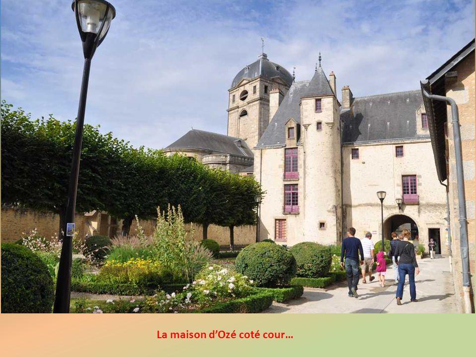 La Maison d'Ozé : une des plus belles constructions d'Alençon, bâtie en 1449 par Jean Du Mesnil. Avec ses tourelles en pointe décorées d'épis et son j