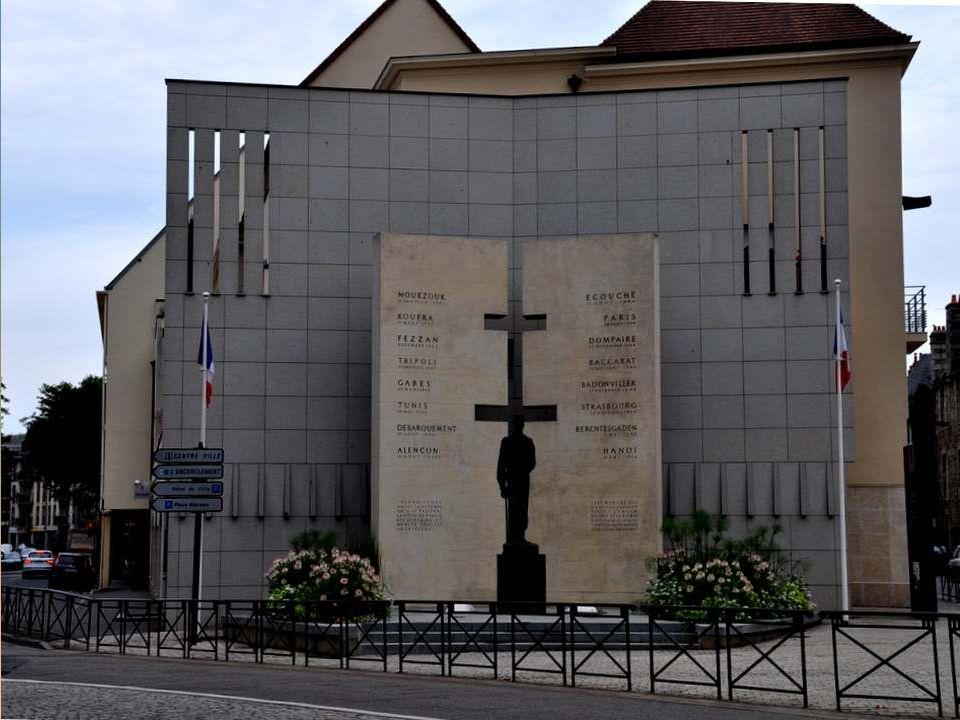 ALENÇON LIBEREE PAR LA 2° D.B. Le samedi 12 août 1944, sous la conduite d'un jeune Alençonnais, Raymond CIROUX, les colonnes de la 2 ème D.B., command