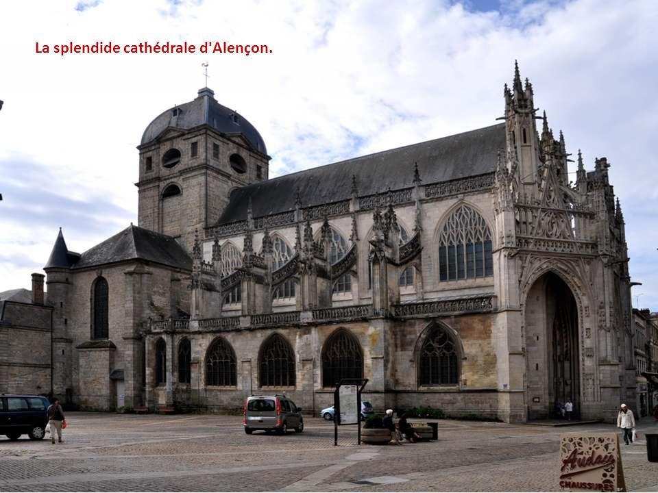 Sainte Thérèse de Lisieux est née dans cette maison le 2 janvier 1873. Elle est la plus jeune et la neuvième enfant des MARTIN, un couple de fabricant