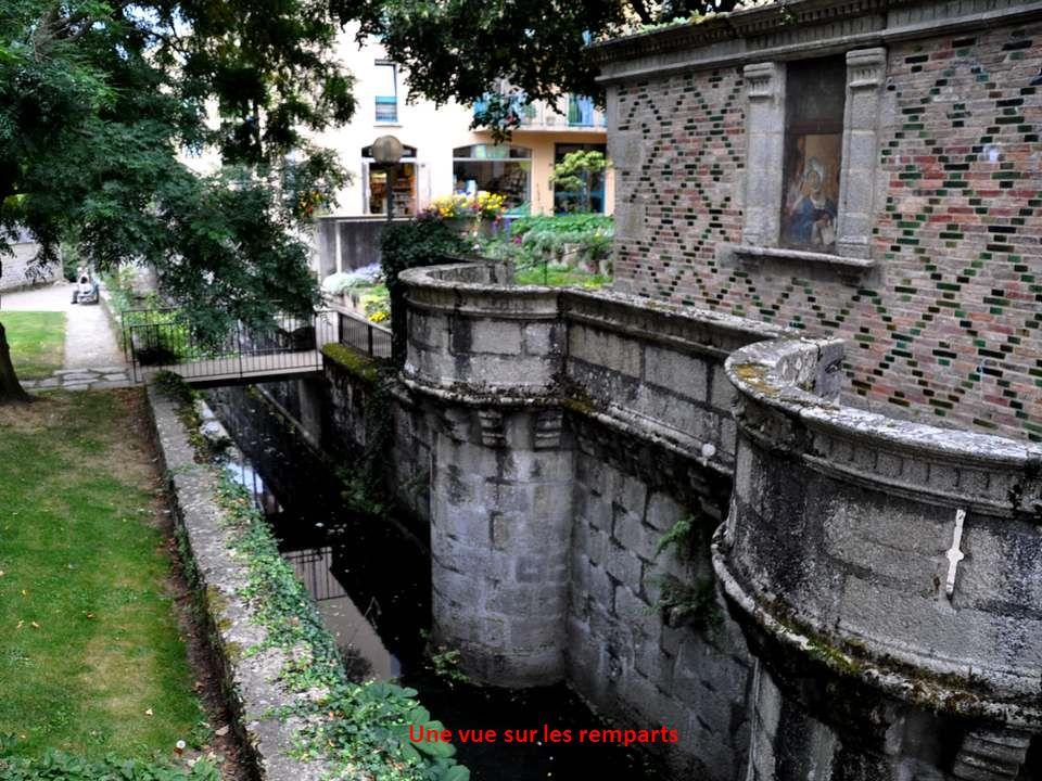 Le château des Ducs Construit sous Pierre II, duc d'Alençon entre 1361 et 1404, démantelé en partie sous Henri IV, servant de dépôt de mendicité de 17