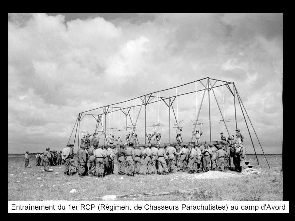 Entraînement du 1er RCP (Régiment de Chasseurs Parachutistes) au camp d'Avord