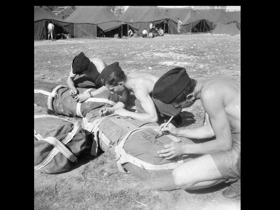 Entraînement du 1er RCP (Régiment de Chasseurs Parachutistes) au camp d'Avord DAKOTA C47