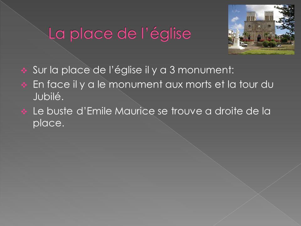  Sur la place de l'église il y a 3 monument:  En face il y a le monument aux morts et la tour du Jubilé.  Le buste d'Emile Maurice se trouve a droi