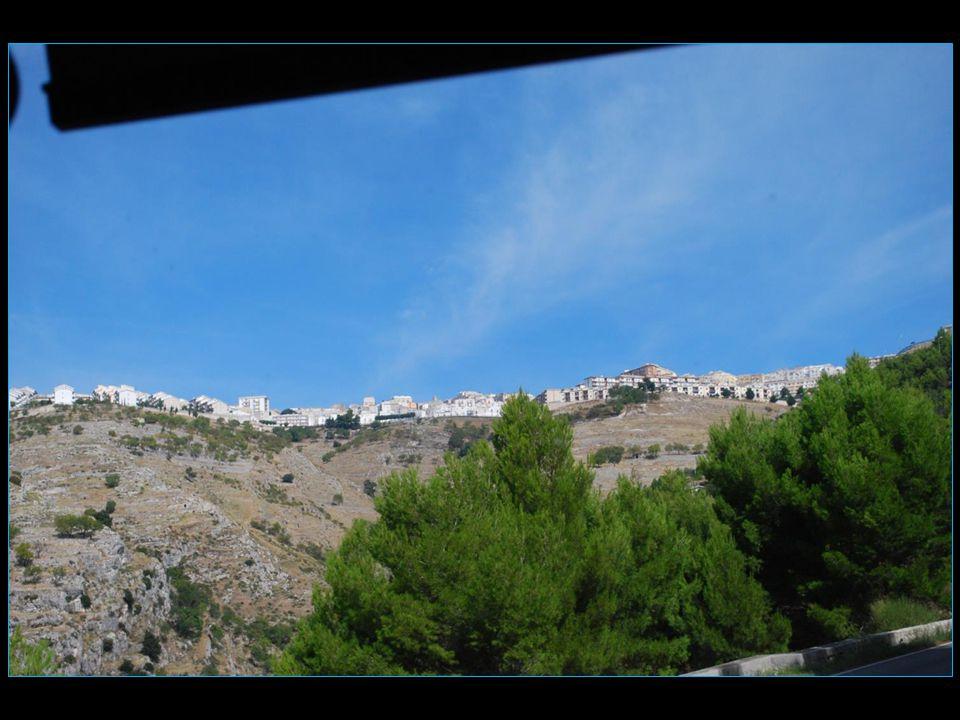 sur son éperon à une altitude de 803 m Monte Sant' Angelo occupe un site étonnant surplombant à la fois le promontoire du Gargano et la mer