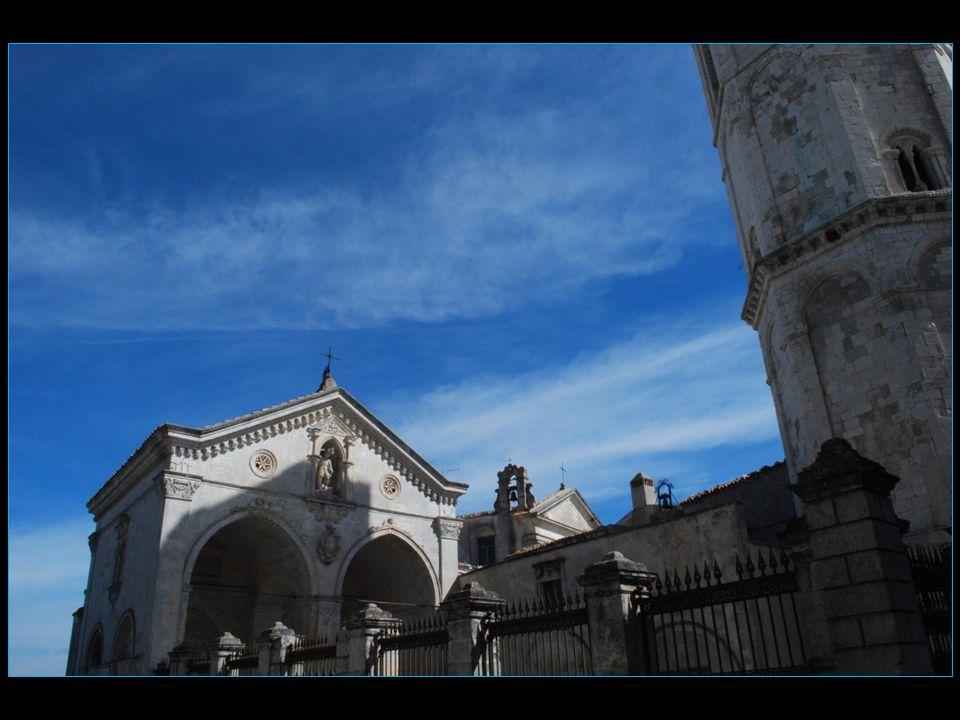 Sanctuaire de l'archange Saint Michel l'extérieur est assez discret marqué par un campanile octogonal du 13me siècle et une façade blanche avec deux p