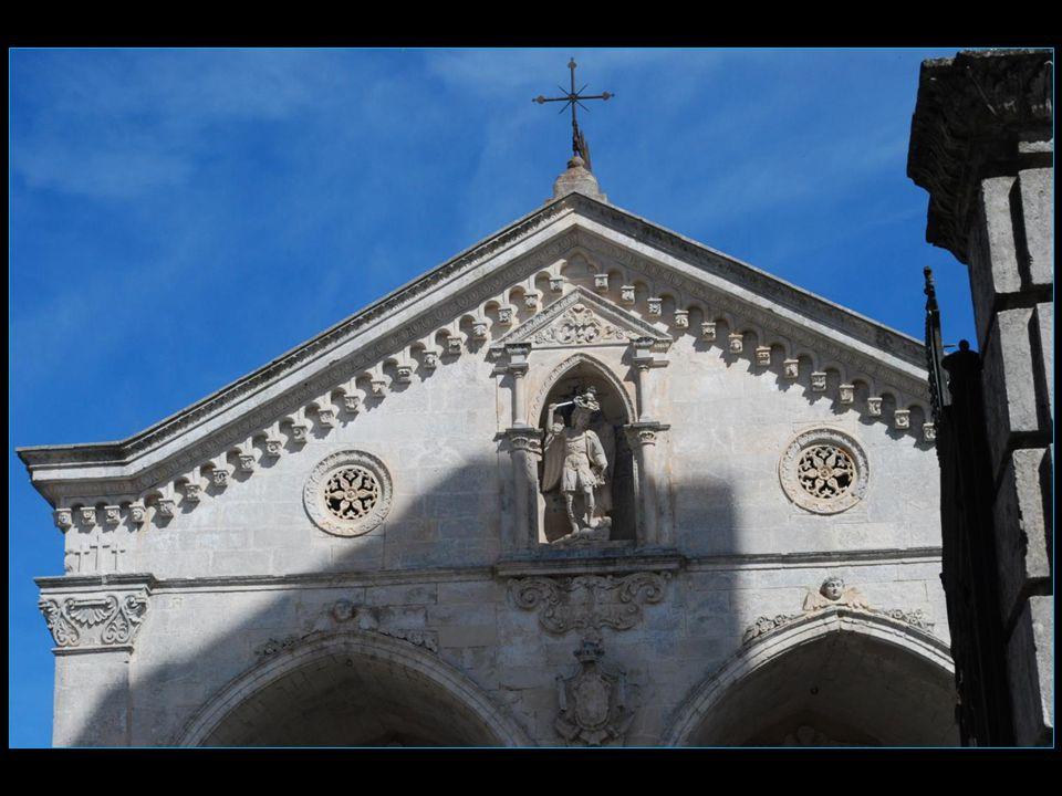 selon la tradition l'archange Michel serait apparu à l'évêque Lorenzo Maiorano le 08 mai 490 lui ordonnant de construire un lieu de culte chrétien dan