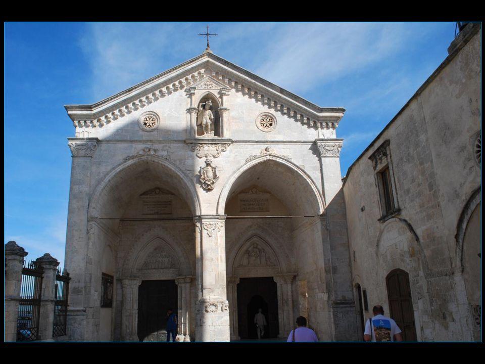 Le sanctuaire de l'archange Saint Michel est fermé par de lourdes portes de bronze