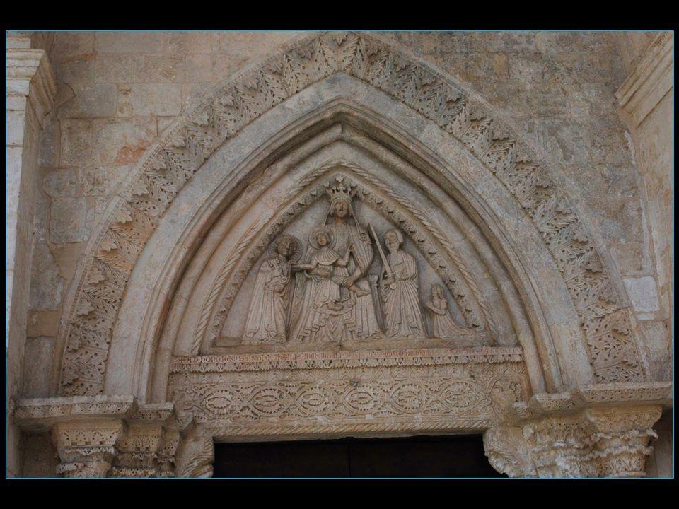 en-dessus de la porte de droite en regardant le sanctuaire