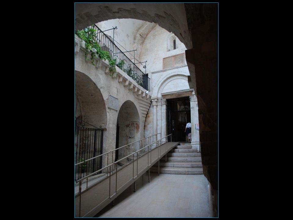 descendons à la grotte où apparu Saint-Michel à l'évêque à trois reprises soit en 490 492 et 493