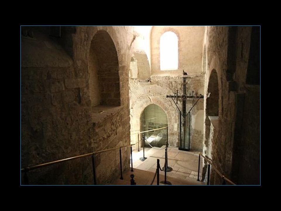On atteint la grotte par un escalier intérieur qui porte des graffiti médiévaux car en effet durant le Moyen Age les Croisés venaient honorer Saint Mi