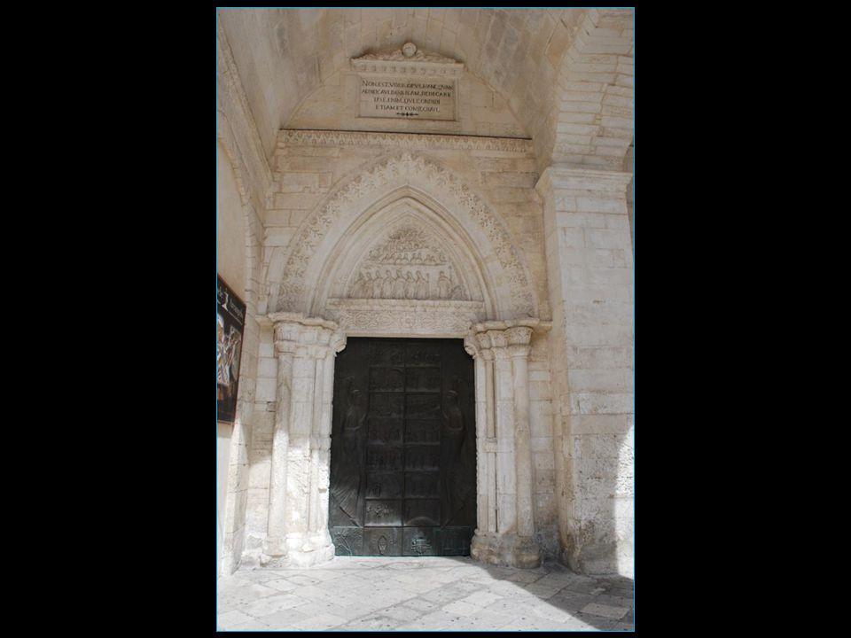 une belle porte de bronze celle de gauche réalisée en 1076 à Constantinople donc de style byzantin