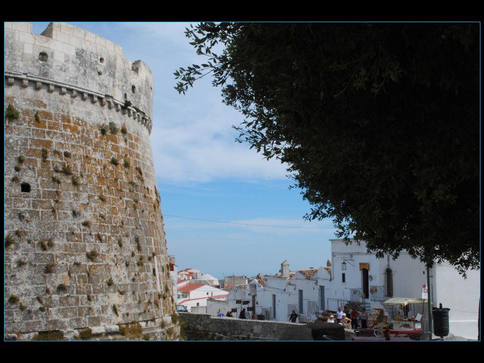 On atteint la grotte par un escalier intérieur qui porte des graffiti médiévaux car en effet durant le Moyen Age les Croisés venaient honorer Saint Michel avant de s'embarquer au port de Manfredonia