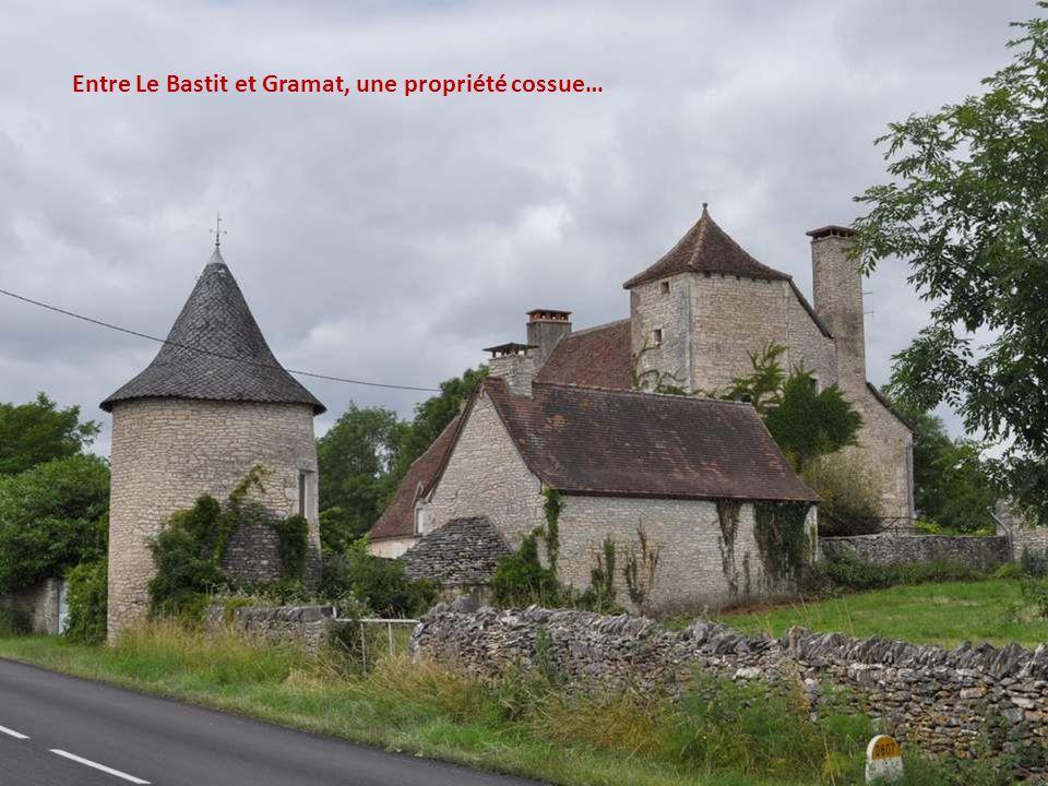 De loin, à la faveur d'un tournant, un dernier coup d'œil au village.