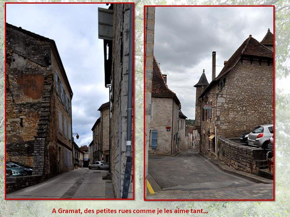 Les murs de pierres sêches, terminés par une rangée de dalles alignées verticale- ment, à la mode de la région… et des coquelicots !