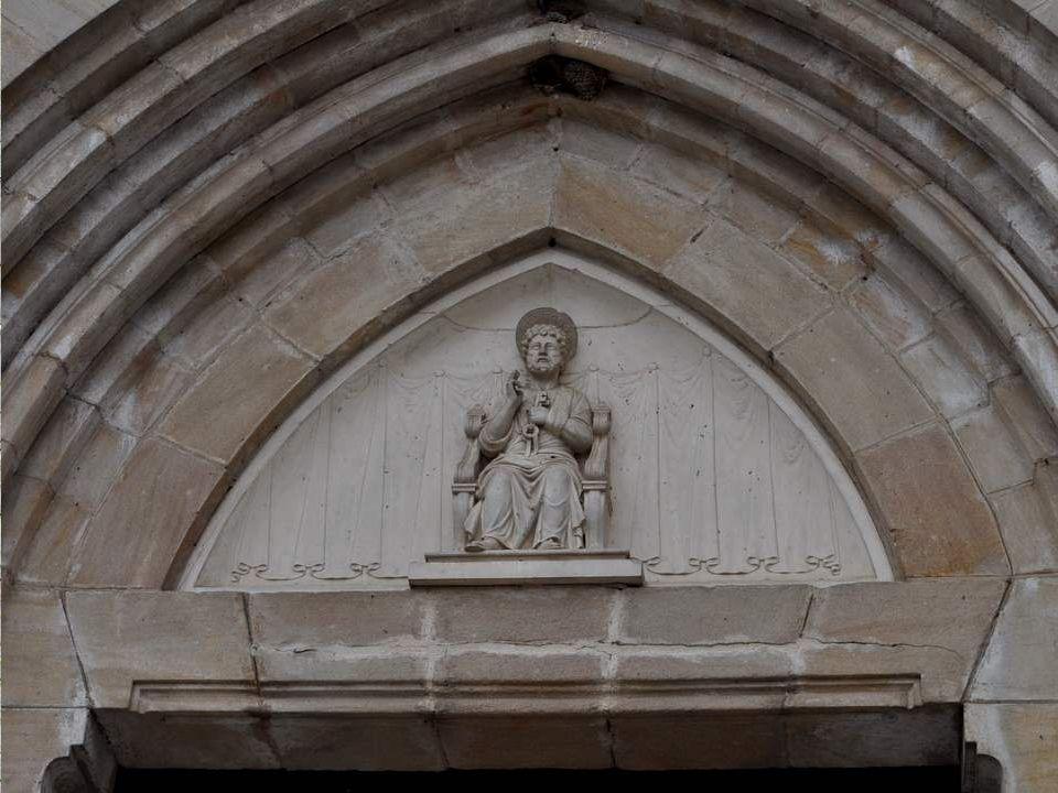 Située au coeur du bourg de Gramat, l église Saint-Pierre a été construite en 1923 en style néo-gothique par l architecte départemental Emile Toulouse.