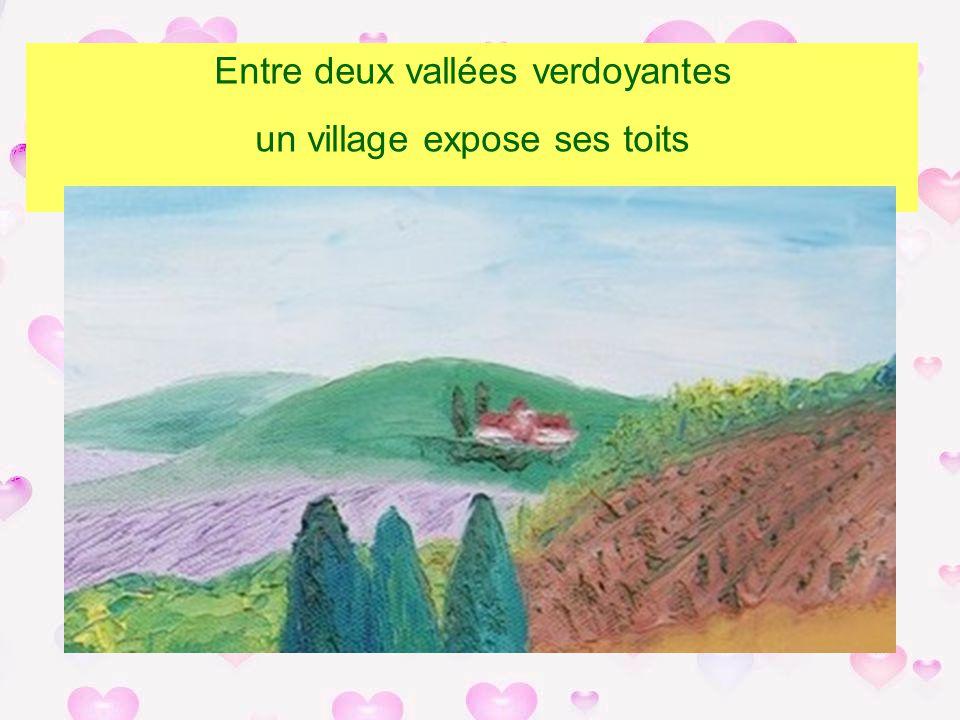 Entre deux vallées verdoyantes un village expose ses toits