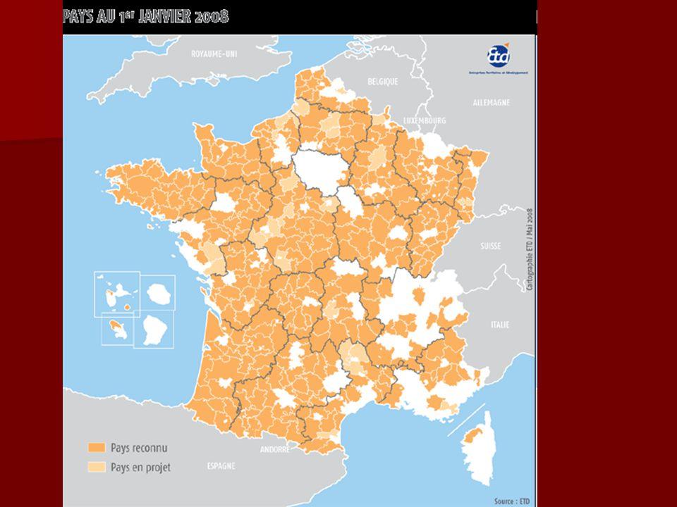 Quelques chiffres Il y a en France : 36 686 communes; dont 22.000 de moins de 500 habitants, et 2500 qui ne font pas partie d'intercommunalités 36 686 communes; dont 22.000 de moins de 500 habitants, et 2500 qui ne font pas partie d'intercommunalités 101 départements; 101 départements; 26 régions; 26 régions; 2 500 EPCI, dont 16 communautés urbaines, 174 communautés d'agglomération, 2 406 communautés de communes; 2 500 EPCI, dont 16 communautés urbaines, 174 communautés d'agglomération, 2 406 communautés de communes; 15 903 syndicats intercommunaux ou syndicats mixtes; 15 903 syndicats intercommunaux ou syndicats mixtes; 371 Pays en milieu rural, mais aussi des parcs naturels régionaux et nationaux, des aires urbaines, des périmètres de massifs relevant de la Loi Montagne, des zones soumises à la Loi Littoral, les zones de revitalisation rurale, les périmètres de transports urbains, les zones urbaines sensibles,l es zones franches urbaines, les limites des P.L.U., des S.C.O.T, etc… 371 Pays en milieu rural, mais aussi des parcs naturels régionaux et nationaux, des aires urbaines, des périmètres de massifs relevant de la Loi Montagne, des zones soumises à la Loi Littoral, les zones de revitalisation rurale, les périmètres de transports urbains, les zones urbaines sensibles,l es zones franches urbaines, les limites des P.L.U., des S.C.O.T, etc… Les structures territoriales françaises représentent le tiers des structures européennes Les structures territoriales françaises représentent le tiers des structures européennes