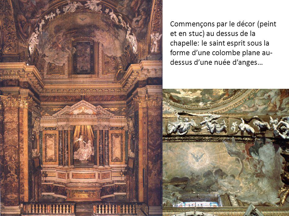 Commençons par le décor (peint et en stuc) au dessus de la chapelle: le saint esprit sous la forme d'une colombe plane au- dessus d'une nuée d'anges…
