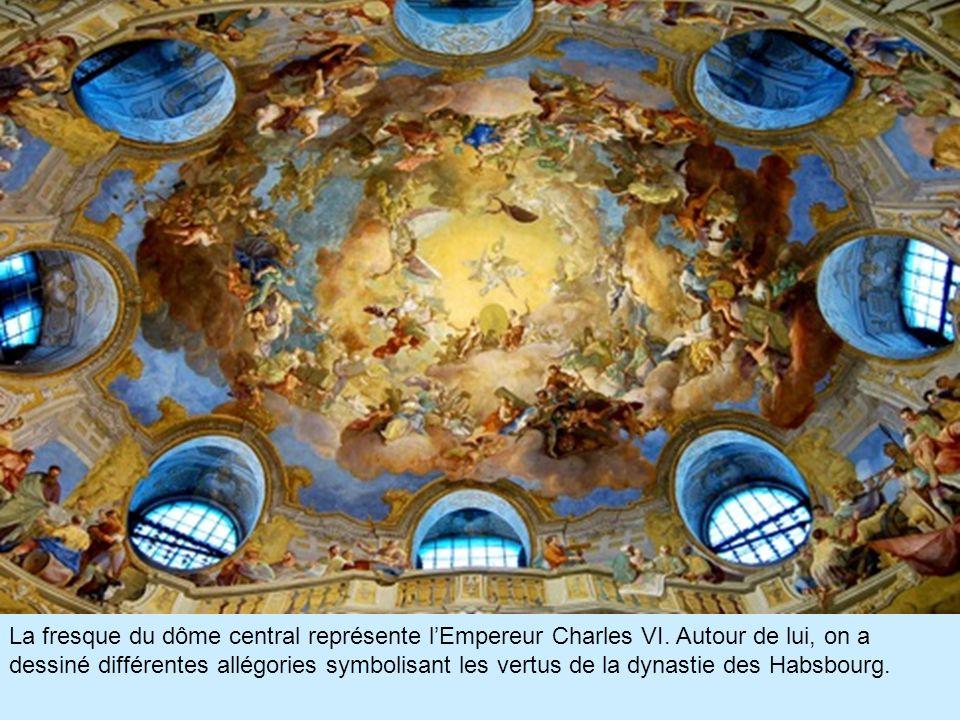 La fresque du dôme central représente l'Empereur Charles VI.