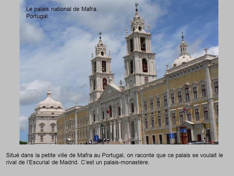 Situé dans la petite ville de Mafra au Portugal, on raconte que ce palais se voulait le rival de l'Escurial de Madrid.