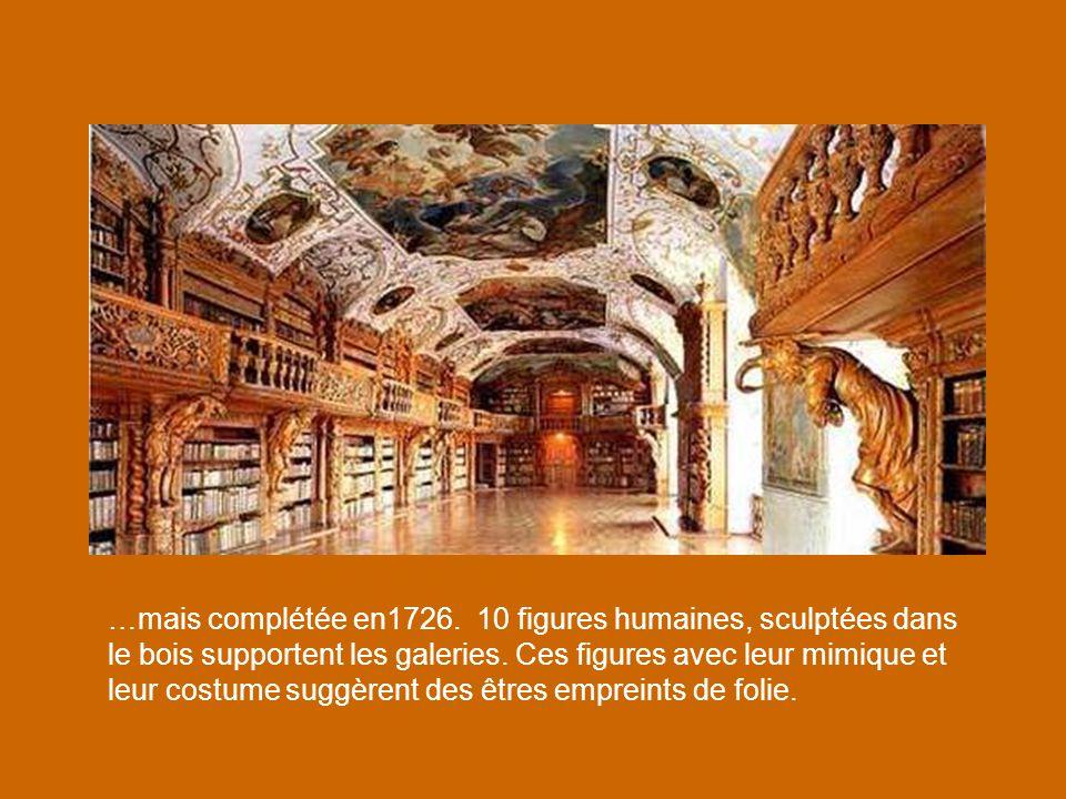 …mais complétée en1726.10 figures humaines, sculptées dans le bois supportent les galeries.