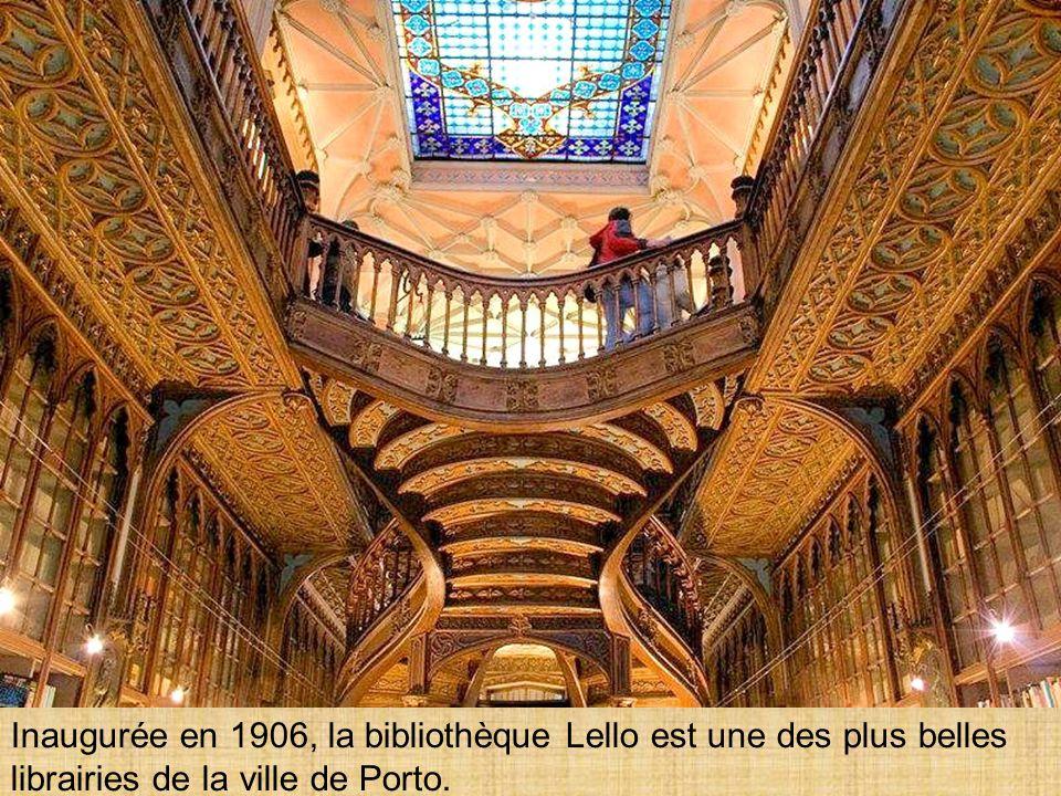 Inaugurée en 1906, la bibliothèque Lello est une des plus belles librairies de la ville de Porto.