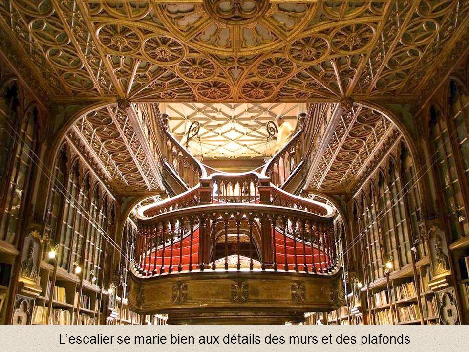 L'escalier se marie bien aux détails des murs et des plafonds