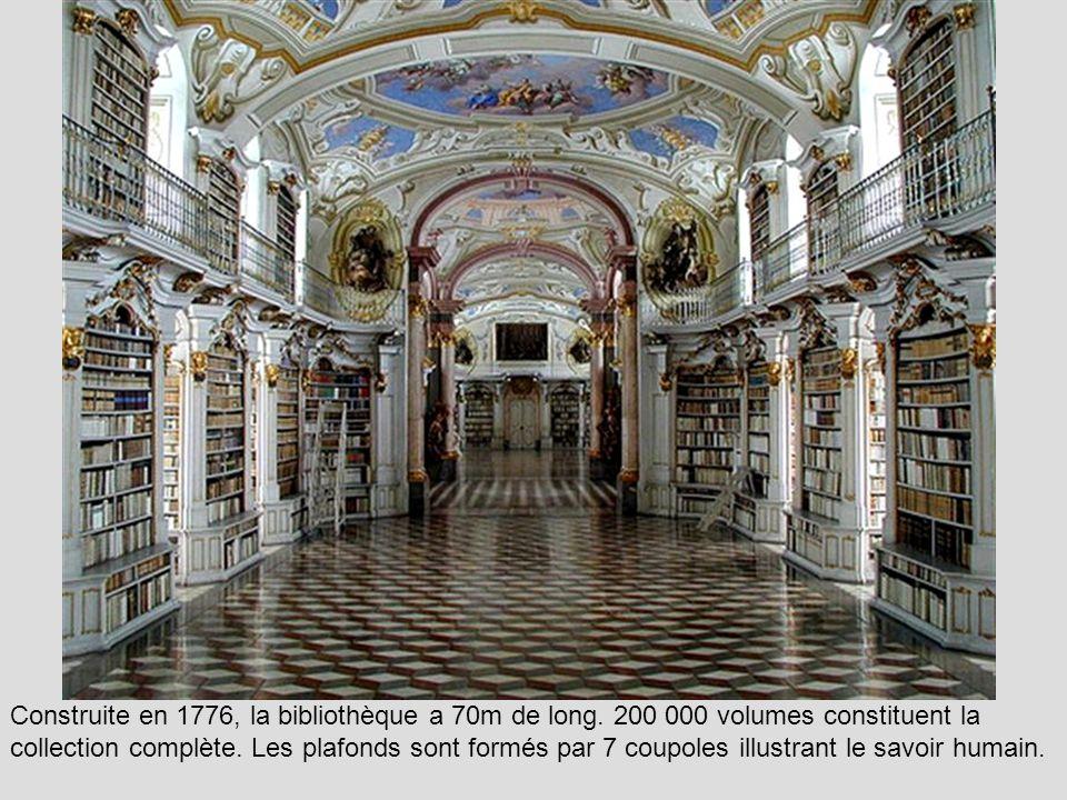 La bibliothèque du collège Queen.
