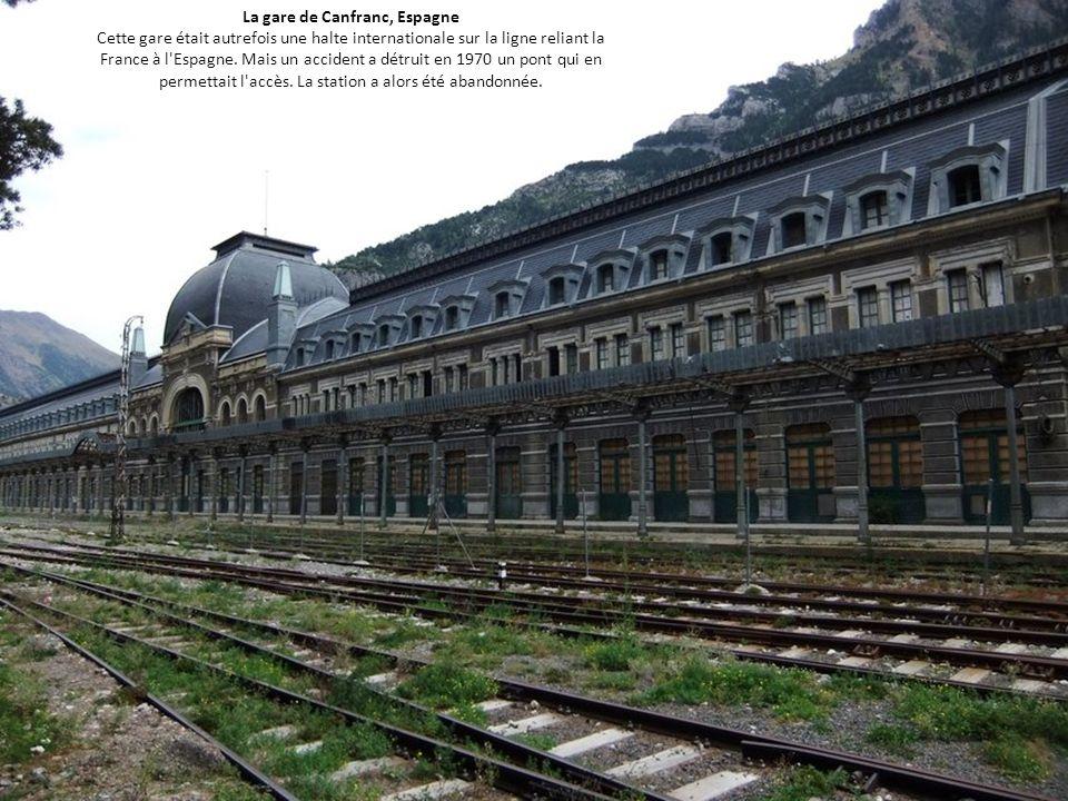 La gare de Canfranc, Espagne Cette gare était autrefois une halte internationale sur la ligne reliant la France à l'Espagne. Mais un accident a détrui