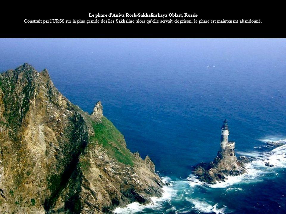 Le phare d'Aniva Rock-Sakhalinskaya Oblast, Russie Construit par l'URSS sur la plus grande des îles Sakhaline alors qu'elle servait de prison, le phar