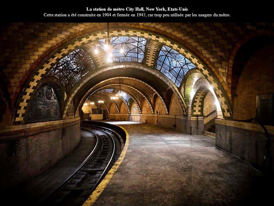 La station de métro City Hall, New York, Etats-Unis Cette station a été construite en 1904 et fermée en 1945, car trop peu utilisée par les usagers du