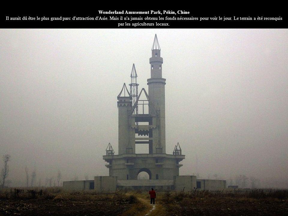 Wonderland Amusement Park, Pékin, Chine Il aurait dû être le plus grand parc d'attraction d'Asie. Mais il n'a jamais obtenu les fonds nécessaires pour