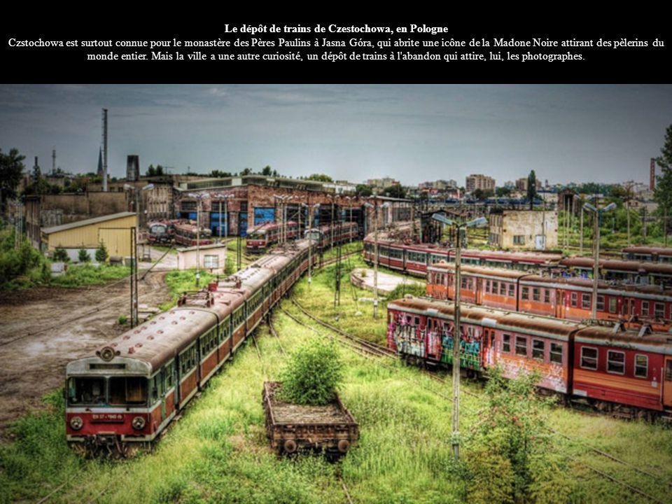 Le dépôt de trains de Czestochowa, en Pologne Czstochowa est surtout connue pour le monastère des Pères Paulins à Jasna Góra, qui abrite une icône de