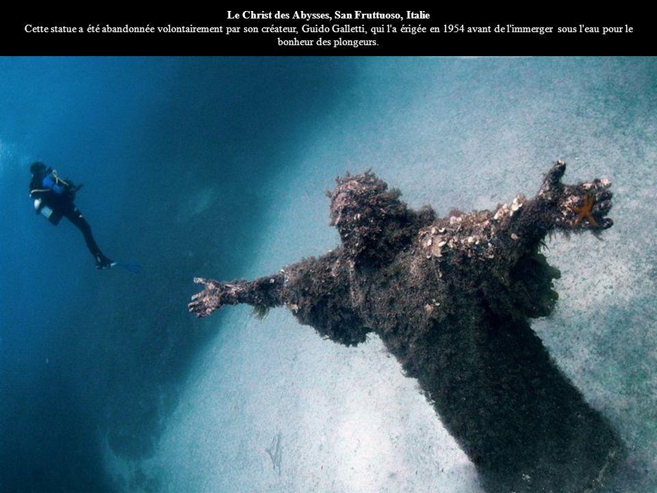 Le Christ des Abysses, San Fruttuoso, Italie Cette statue a été abandonnée volontairement par son créateur, Guido Galletti, qui l'a érigée en 1954 ava