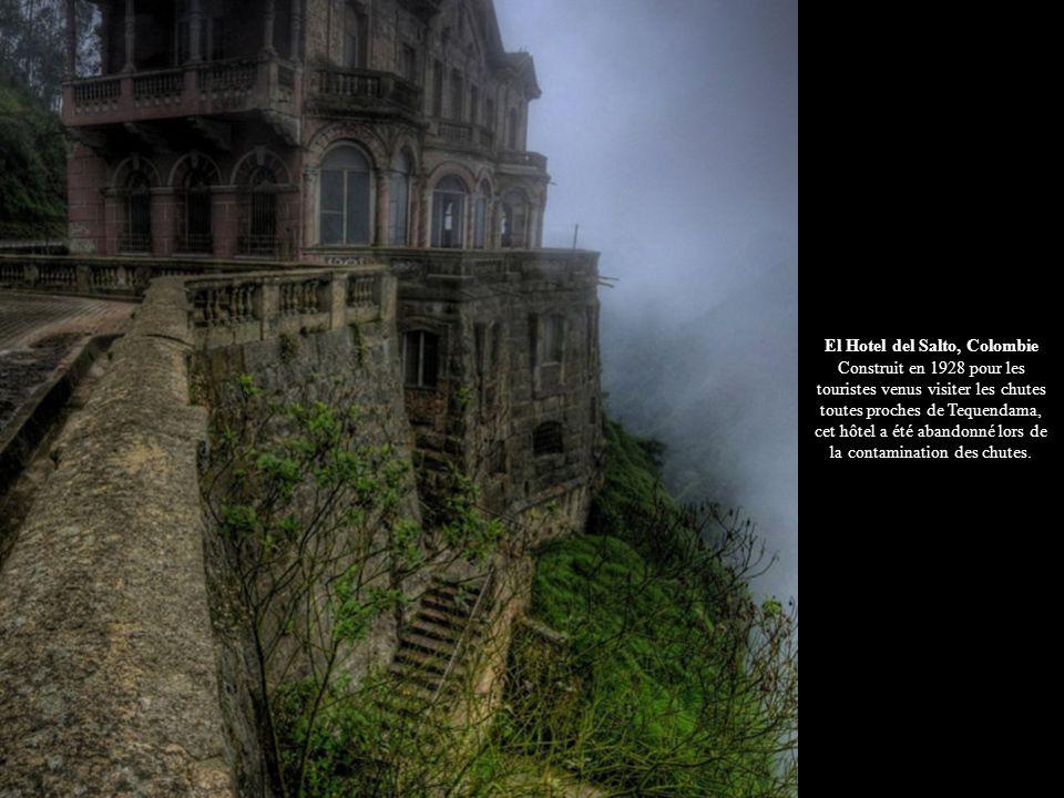 El Hotel del Salto, Colombie Construit en 1928 pour les touristes venus visiter les chutes toutes proches de Tequendama, cet hôtel a été abandonné lor